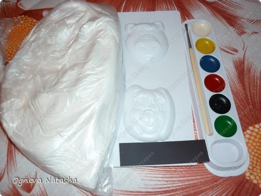 Исходные материалы: 1.Гипс 2.Краски(можно взять любые) 3.Формочки(можно использовать специальные,а можно взять обычные детские игрушки для песочницы) 4.Коробка 5.Бесцветный лак для ногтей или лак для волос 6.Магниты фото 1