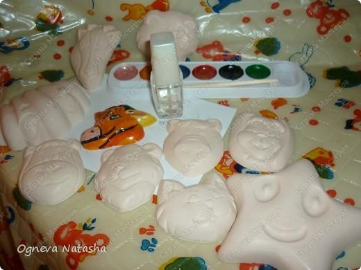 Исходные материалы: 1.Гипс 2.Краски(можно взять любые) 3.Формочки(можно использовать специальные,а можно взять обычные детские игрушки для песочницы) 4.Коробка 5.Бесцветный лак для ногтей или лак для волос 6.Магниты фото 7