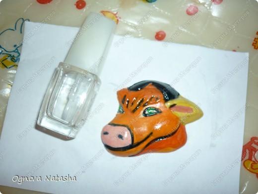 Исходные материалы: 1.Гипс 2.Краски(можно взять любые) 3.Формочки(можно использовать специальные,а можно взять обычные детские игрушки для песочницы) 4.Коробка 5.Бесцветный лак для ногтей или лак для волос 6.Магниты фото 8