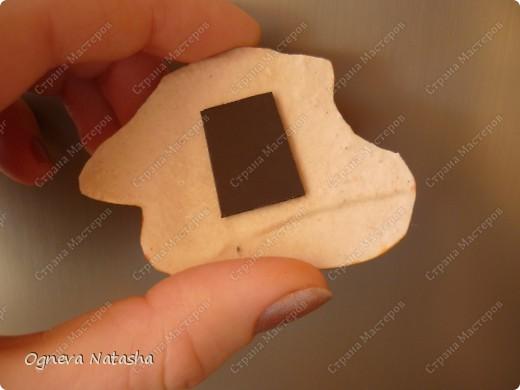 Исходные материалы: 1.Гипс 2.Краски(можно взять любые) 3.Формочки(можно использовать специальные,а можно взять обычные детские игрушки для песочницы) 4.Коробка 5.Бесцветный лак для ногтей или лак для волос 6.Магниты фото 10