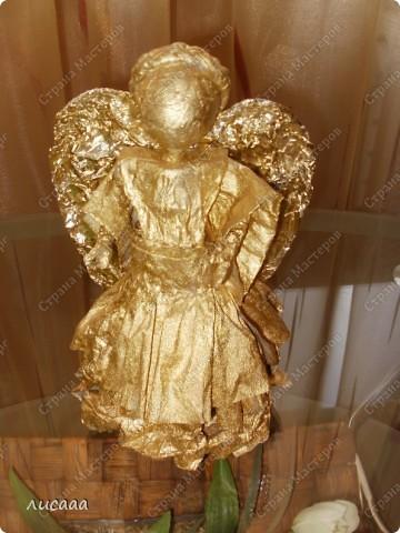 Ангел сделанный из туалетной бумаги, вскрытый аэрозольной краской