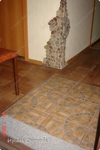 На входе уложил кв.метр керамической плитки,предварительно укрепив доски пола. фото 1