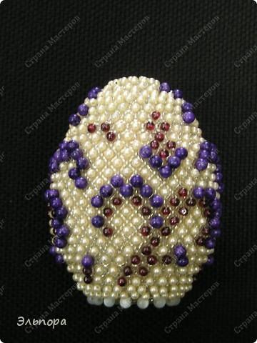 Яйцо декоративное,на деревянной основе.Кроме бисера и бус использованы натуральные гранаты,чароит и искусственный кошачий глаз. фото 1