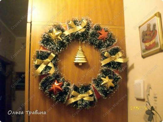 Всех жителей страны Мастеров поздравляю с Рождеством! Свой рождественский венок я делала на основе пенопластового кольца, вырезанного из потолочной плитки. Для поделки использовала ленту атласную красного цвета, едочную мишуру, золотую ленточку для бантиков, елочные игрушки. Соединяла все детали горячим пистолетом. фото 2