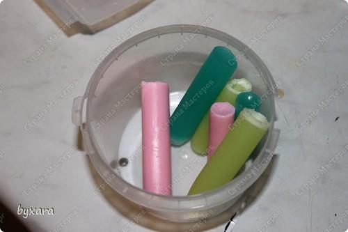Вот такое разноцветное веселое мылко можно сварить из белой и прозрачной основы. Для работы нам потребуется: 1. Мыльная основа (прозрачная и белая) 2. Красители 3. Шприцы разных диаметров ( с отрезанными верхушками) 4. Спирт (для сбрызгивания) 5. Круглая форма. фото 6