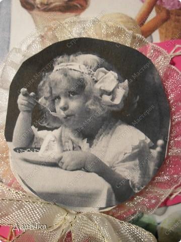 Посвящается всем любителям мороженого. На картон приклеена оберточная фольга, дольше распечатанный на принтере рисунок с видами мороженого На объемный скотч приклеено вышитое изонитью на картоне мороженое, к нему напечатанная из интернета старинная фотография. Вернее, фотография приклеена на вспененный скотч к подложке из картона с тесьмой. тесьма к картону прикреплена степлером. Надо было фотографию или приклеить, или скотч использовать не объёмный, видно, что она выше кружева. Я побоялась приклеивать из-за скоб, думала, что они выделяться будут. фото 2