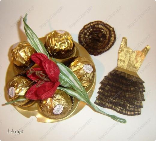 Ну вот я опять с бросовым материалом, и всё ем конфеты и набираю лишние кг. Как Плюшкин , собрала все фантики из под конфет и бумажные формочки. И вот сделал очередное платье, подобные уже делала когда-то,только из под фантиков конфет Рафаелло. Большинство фантиков из под конфет имеют очень красивое оформление и плюс блестят, в скрапе их можно применить в изготовлении цветов, праздничных платьев, даже видела венки из фантиков. Как раз собрала такие фантики , которые пригодились для создания данного платья фото 1