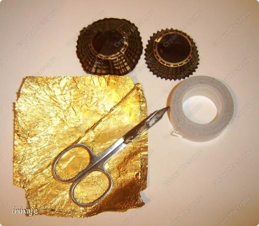 Ну вот я опять с бросовым материалом, и всё ем конфеты и набираю лишние кг. Как Плюшкин , собрала все фантики из под конфет и бумажные формочки. И вот сделал очередное платье, подобные уже делала когда-то,только из под фантиков конфет Рафаелло. Большинство фантиков из под конфет имеют очень красивое оформление и плюс блестят, в скрапе их можно применить в изготовлении цветов, праздничных платьев, даже видела венки из фантиков. Как раз собрала такие фантики , которые пригодились для создания данного платья фото 2
