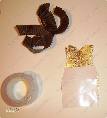 Ну вот я опять с бросовым материалом, и всё ем конфеты и набираю лишние кг. Как Плюшкин , собрала все фантики из под конфет и бумажные формочки. И вот сделал очередное платье, подобные уже делала когда-то,только из под фантиков конфет Рафаелло. Большинство фантиков из под конфет имеют очень красивое оформление и плюс блестят, в скрапе их можно применить в изготовлении цветов, праздничных платьев, даже видела венки из фантиков. Как раз собрала такие фантики , которые пригодились для создания данного платья фото 5