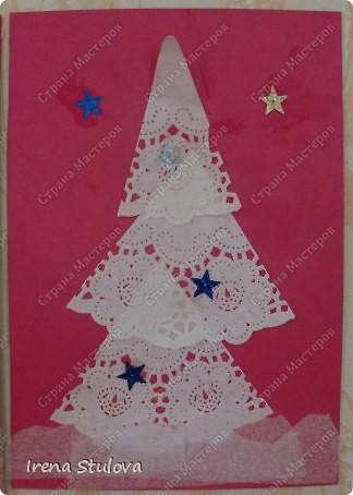 Ватные диски, цветная бумага, фломастеры, материал оберточный (вырезали звезды), белая гуашь, гель с блестками, клей-карандаш. фото 4