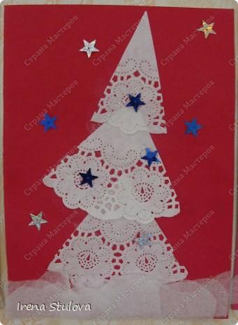 Ватные диски, цветная бумага, фломастеры, материал оберточный (вырезали звезды), белая гуашь, гель с блестками, клей-карандаш. фото 5