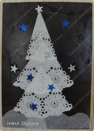 Ватные диски, цветная бумага, фломастеры, материал оберточный (вырезали звезды), белая гуашь, гель с блестками, клей-карандаш. фото 6