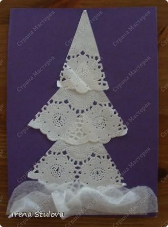 Ватные диски, цветная бумага, фломастеры, материал оберточный (вырезали звезды), белая гуашь, гель с блестками, клей-карандаш. фото 7