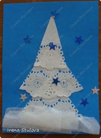 Ватные диски, цветная бумага, фломастеры, материал оберточный (вырезали звезды), белая гуашь, гель с блестками, клей-карандаш. фото 8