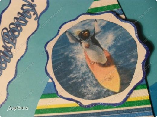 Прошу прощения за качество - не удается вечером четко сфотографировать. Завтра попробую днём - тогда заменю. Море - тисненая офисная бумага, парус - на картон приклеен верхний слой 3-хслойной салфетки, доска из коробки для шоколадки.  Пингвин распечатан на принтере и приклеен на подложку из картона - пыталась изобразить волну на подложке. Кораблики-пуговицы. Все на объёмном скотче. фото 3