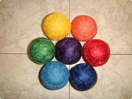 Темари- красивые шарики, которые очень приятно... не только держать в руках, но и делать... Здесь Вы можете подробно узнать об этом прекрасном искусстве... http://www.temari.ru/index.php http://leit.ru/modules.php?name=Pages&pa=list_pages_categories&cid=33 фото 7