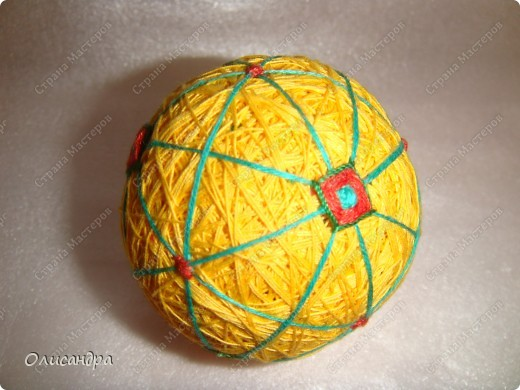 Темари- красивые шарики, которые очень приятно... не только держать в руках, но и делать... Здесь Вы можете подробно узнать об этом прекрасном искусстве... http://www.temari.ru/index.php http://leit.ru/modules.php?name=Pages&pa=list_pages_categories&cid=33 фото 13