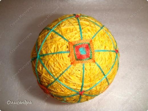 Темари- красивые шарики, которые очень приятно... не только держать в руках, но и делать... Здесь Вы можете подробно узнать об этом прекрасном искусстве... http://www.temari.ru/index.php http://leit.ru/modules.php?name=Pages&pa=list_pages_categories&cid=33 фото 14