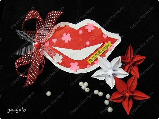 Бог создал в угоду Человеку Женскую улыбку и любовь. Дал красавицам ключи к успеху, Создал страсть, волнующую кровь. Улыбайтесь нежною улыбкой И дарите щедро доброту. Теплый взгляд исправит все ощибки,  Смех разрушит чары, пустоту. Улыбайтесь каждый час, минуту, Отдавайте радость до конца. Счастье не купить вам за валюту,  Лишь улыбкой тронете сердца. Улыбайтесь в горе и в ненастье, Пусть улыбка отведет беду. Пусть она сияет щедрым счастьем, Люди дольше вместе с ней живут.                   Татьяна Лаврова.  Эти стихи прислала в комментарии Лидия Петровна (hobby66 ). А я решила, что они точнее всего отражают смысл этой открытки и поместила их сюда. Согласны со мной? фото 1