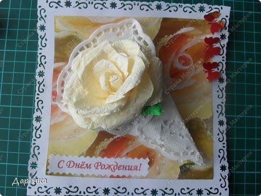Нежная открытка для романтичной девушки. Роза из мятой офисной бумаги, салфетка, упаковочная бумага в качестве подложки, под ней офисная бумага с дырокольным кружевом. Дырокольные бабочки из упаковочной бумаги. фото 1