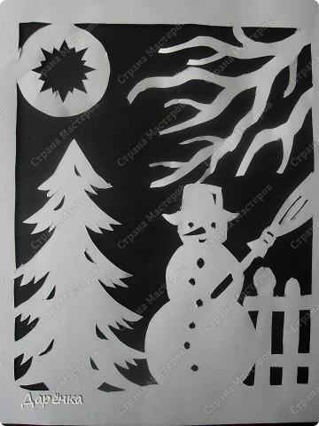 Снеговик на черном фоне. Это вид ночью. фото 1