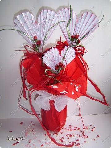 Очередной эксперимент с бумагой. И вот результат, от такой вот шикарнейший букет из сердец. Одним словом сделала сердечки и ими заскрапила деревянные палочки для шашлыков, немного добавила розочек, листиков из бумажной верёвочки, банты из бумажной ленты и стразы сердечек. фото 1