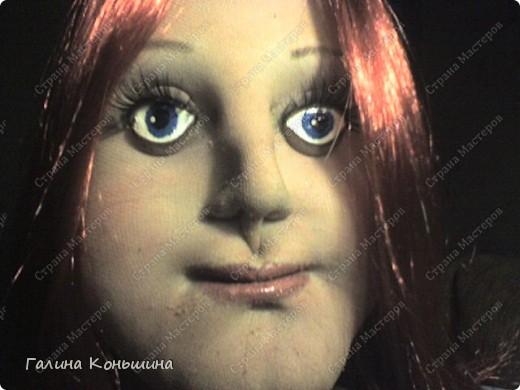Уважаемые мастера выношу на ваш суд свою первую ростовую куклу.Личико переделывалось два раза.ну никак не хочет она улыбаться.Сейчас ломаю голову над образом,потому,что задумывалось не получилось. фото 1