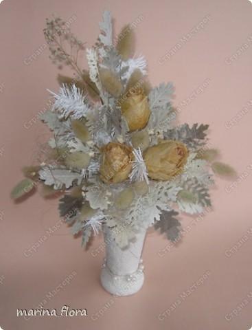 Получая в подарок букет из роз, когда они завянут, не спешу их выбрасывать. Многие отказываются от таких растений, считая их некрасивыми, безжизненными. А я думаю, что композиция из сухоцветов зимой - прекрасный вариант для оформления любого интерьера: экономичный и доступный. ЗИМНЯЯ КОМПОЗИЦИЯ ИЗ СУХИХ РОЗ. Использованы: сухие розы, серебристо-белые листья цинерарии, лагурус, белая хвоя (искусственная), сизалевое волокно, бусины на проволочке, декорированная бутылка из под соуса. фото 3