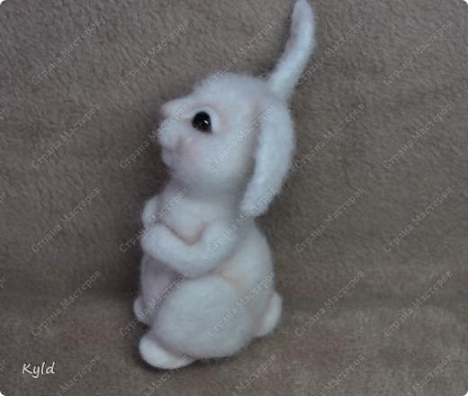 Ну вот, я наконец-то сваляла зайку по Мк Елены Смирновой.  Белая шерсть и иголки были куплены и вот мой заяц))) фото 4