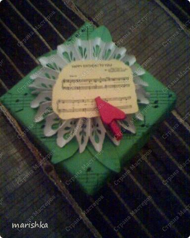 """Коробочка-поздравление с днём рождения подружке. Сделалась очень быстро и просто. Лист c нотами песни """"Happy birthday"""". Из 2 таких листов сложена  коробочка по схеме коробочек оригами. Цветочек - снежинка вырезан с помощью фигурного дырокола. Остальное - фантазия на тему....  фото 1"""