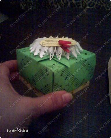 """Коробочка-поздравление с днём рождения подружке. Сделалась очень быстро и просто. Лист c нотами песни """"Happy birthday"""". Из 2 таких листов сложена  коробочка по схеме коробочек оригами. Цветочек - снежинка вырезан с помощью фигурного дырокола. Остальное - фантазия на тему....  фото 2"""