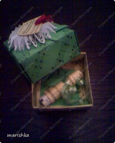 """Коробочка-поздравление с днём рождения подружке. Сделалась очень быстро и просто. Лист c нотами песни """"Happy birthday"""". Из 2 таких листов сложена  коробочка по схеме коробочек оригами. Цветочек - снежинка вырезан с помощью фигурного дырокола. Остальное - фантазия на тему....  фото 3"""