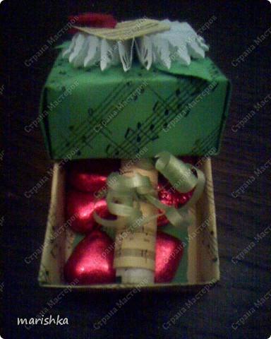 """Коробочка-поздравление с днём рождения подружке. Сделалась очень быстро и просто. Лист c нотами песни """"Happy birthday"""". Из 2 таких листов сложена  коробочка по схеме коробочек оригами. Цветочек - снежинка вырезан с помощью фигурного дырокола. Остальное - фантазия на тему....  фото 5"""