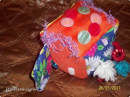 материалы: лён, ситец, органза, вуаль, трикотаж, пуговицы разные, деревянные колечки, пряжа, липучки) доча осталась довольна) фото 3