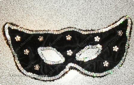 Вот такую маску сделала мне моя мамочка за четыре часа на новогодний карнавал.  Времени бегать по магазинам и искать маску не было, и на помощь пришла Мама.  В ход пошло все, что нашлось дома)))  фото 2