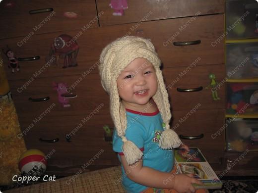 По просьбам, поступающим в личку, попытаюсь объяснить как я вязала эту шапку-ушанку. Шапка моя 54 р-ра, позирует Саша) Вот здесь я её уже демонстрировала http://stranamasterov.ru/node/83767  фото 1