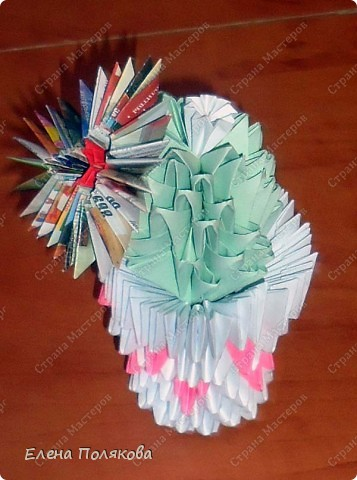 Собрался вот такой цветущий кактус в вазочке из треугольных модулей. Для цветочка модули делала из журнальной бумаги.