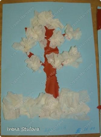 Ватные диски, цветная бумага, фломастеры, материал оберточный (вырезали звезды), белая гуашь, гель с блестками, клей-карандаш. фото 13