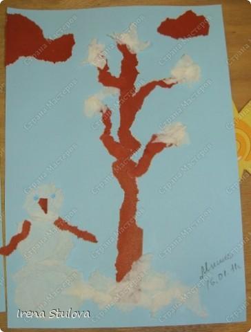 Ватные диски, цветная бумага, фломастеры, материал оберточный (вырезали звезды), белая гуашь, гель с блестками, клей-карандаш. фото 12