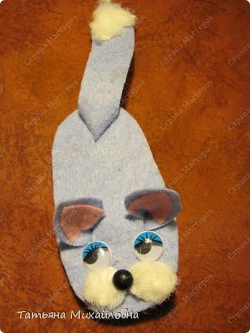 Увидела сегодня на сайте Веселую мышку  (автор Lus-svetka) и не удержалась. Благо материал был под рукой, да клей Момент Кристалл прозрачный. Использовала флис и хозяйственные салфетки. Спасибо за идею.  фото 3