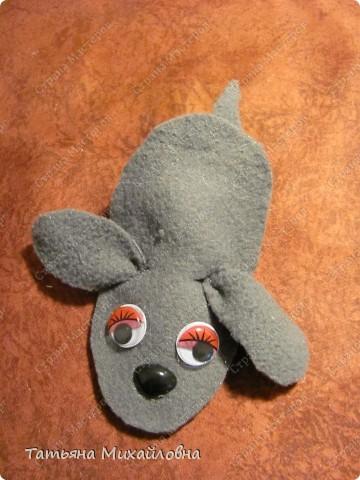Увидела сегодня на сайте Веселую мышку  (автор Lus-svetka) и не удержалась. Благо материал был под рукой, да клей Момент Кристалл прозрачный. Использовала флис и хозяйственные салфетки. Спасибо за идею.  фото 4