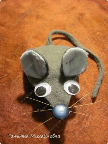Увидела сегодня на сайте Веселую мышку  (автор Lus-svetka) и не удержалась. Благо материал был под рукой, да клей Момент Кристалл прозрачный. Использовала флис и хозяйственные салфетки. Спасибо за идею.  фото 2