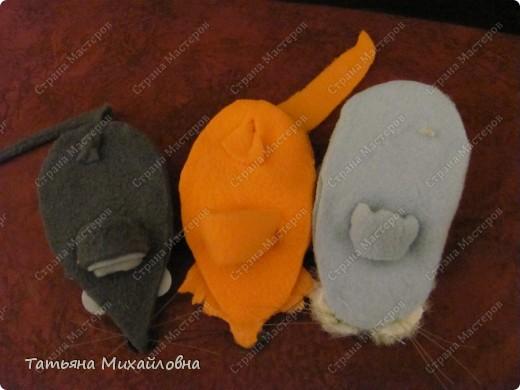 Увидела сегодня на сайте Веселую мышку  (автор Lus-svetka) и не удержалась. Благо материал был под рукой, да клей Момент Кристалл прозрачный. Использовала флис и хозяйственные салфетки. Спасибо за идею.  фото 11