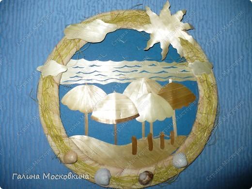 Рамка выполнена из картонного кольца, обмотанного кукурузными листьями. Сверху приклеено кокосовое волокно и ракушки.