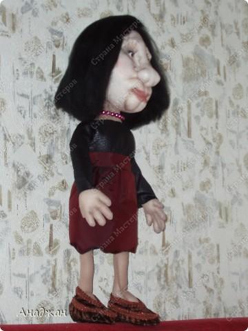 Заказали куклу, и столько наказов дали, что делать было очень страшно. А когда отдавала заказчице, испытала чувство страха, как перед госами в институте. Но при этом родилась она как-то легко. В этот раз даже четыре фото дали, ко как всегда все они в профиль, и одна только в анфас на приличном расстоянии. А когда сказали, что она очень похожа, тут у меня камень с плеч упал. Боялась, что ее вообще не примут. фото 2