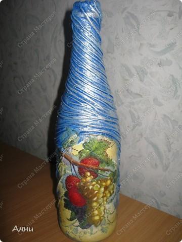 Первые работы с декорированием бутылок тканью.  При работе использовала капроновые чулки, салфетки, акриловые краски, лак, микробисер, блёстки. фото 9