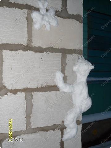 Купили дом, нынче первую зиму здесь живём. Радуюсь сама, веселю соседей. Вот такое я сотворила на углу дома.  Многие идут, засматриваются. Некоторые спрашивают, что же это на самом деле. Почему-то думают, что это медведь. А это человечек пытается достать бабочку.  фото 1