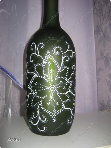 Первые работы с декорированием бутылок тканью.  При работе использовала капроновые чулки, салфетки, акриловые краски, лак, микробисер, блёстки. фото 17