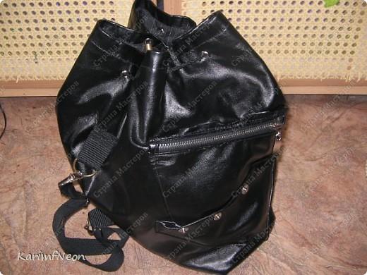 Мой рюкзак. Шить очень просто. Форма рюкзака делается всего в 4-е шва. Внутри два кармана на молнии. Впереди карман на молнии и просто карман. На верху пробил несколько люверсов и протянул жгутик - затяжку.  фото 1