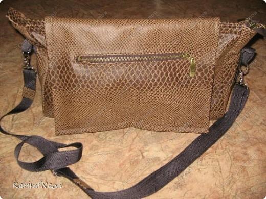 Мой рюкзак. Шить очень просто. Форма рюкзака делается всего в 4-е шва. Внутри два кармана на молнии. Впереди карман на молнии и просто карман. На верху пробил несколько люверсов и протянул жгутик - затяжку.  фото 5